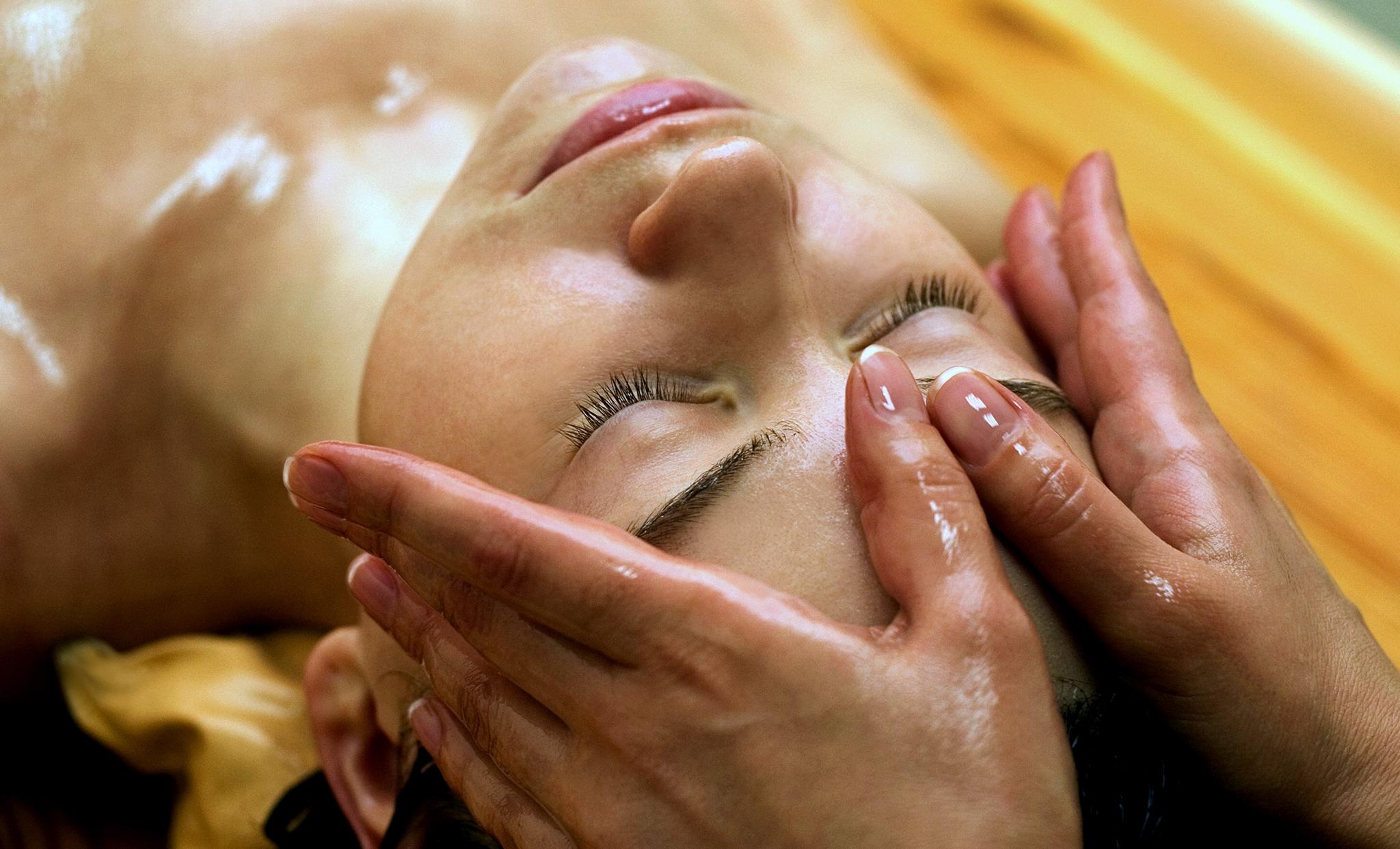 Massaggio al viso: tecniche e benefici